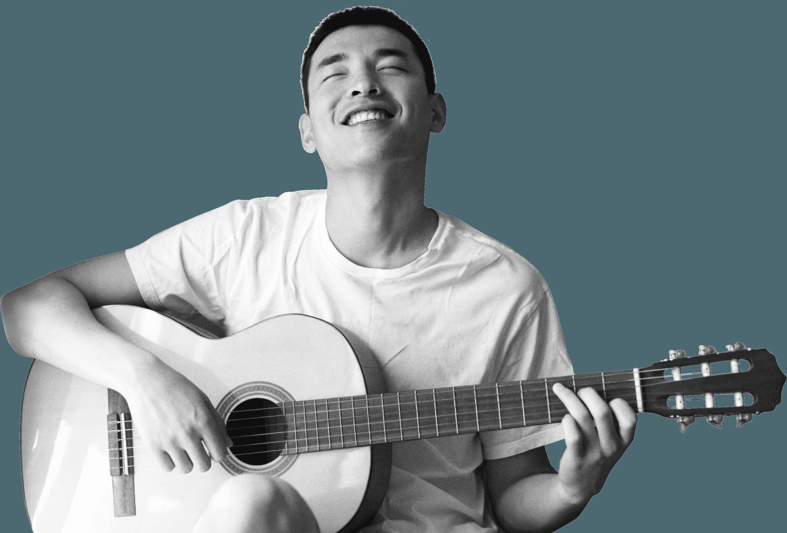 開心彈奏著吉他