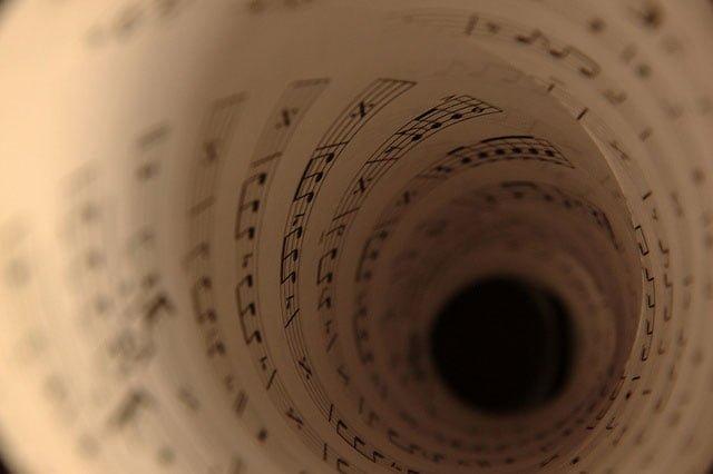 樂譜捲起來像是旋渦一般