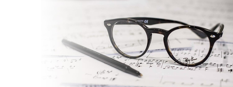 樂譜上的眼鏡與筆