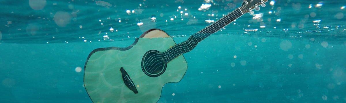 在大海中漂浮的吉他