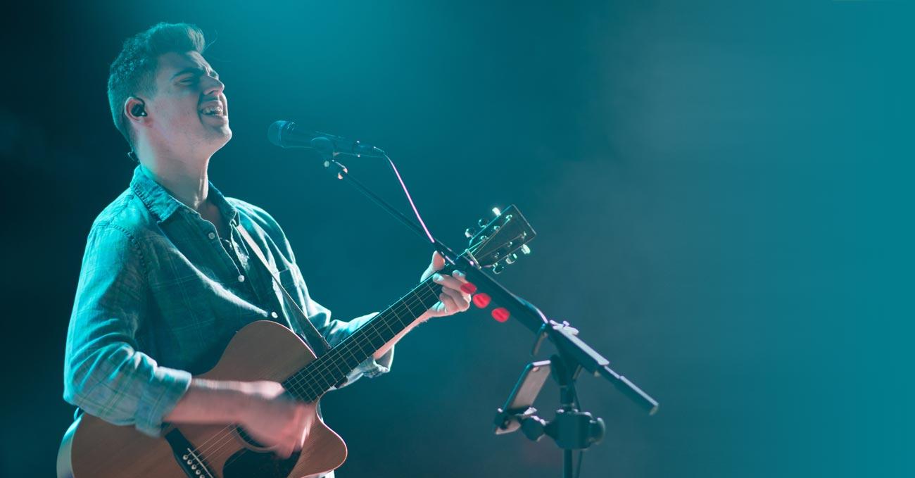 舞台上演出的吉他手