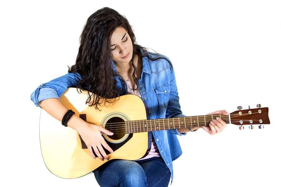 彈吉他的女性