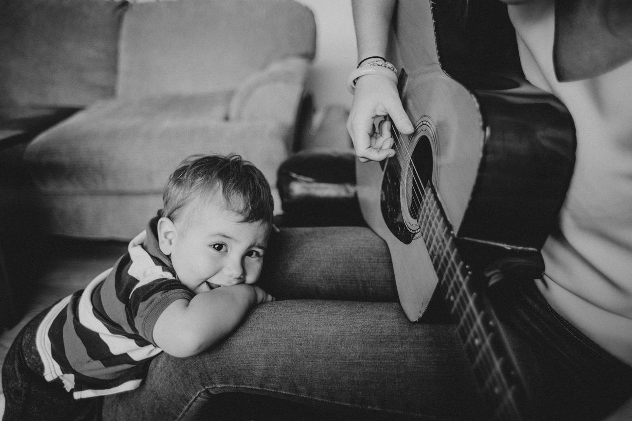 聽家人彈琴的小孩子
