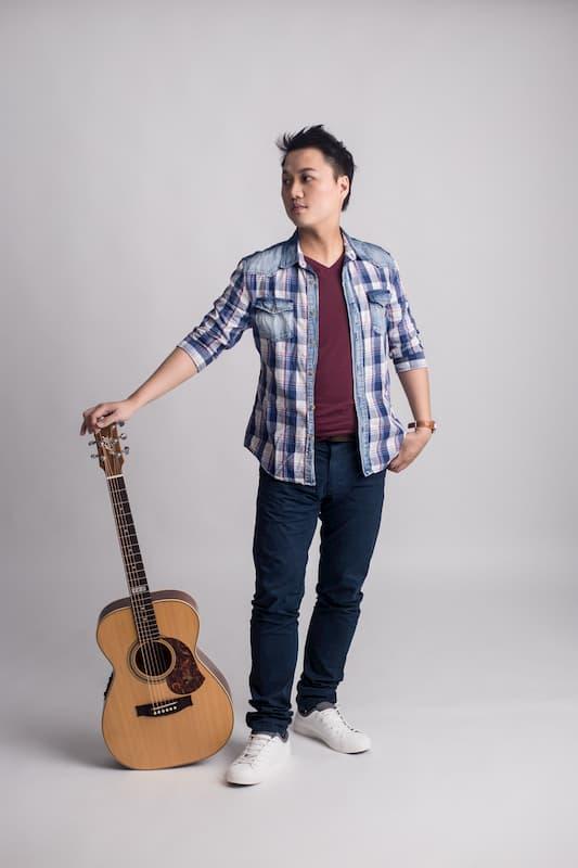 劉雲平老師拿著吉他