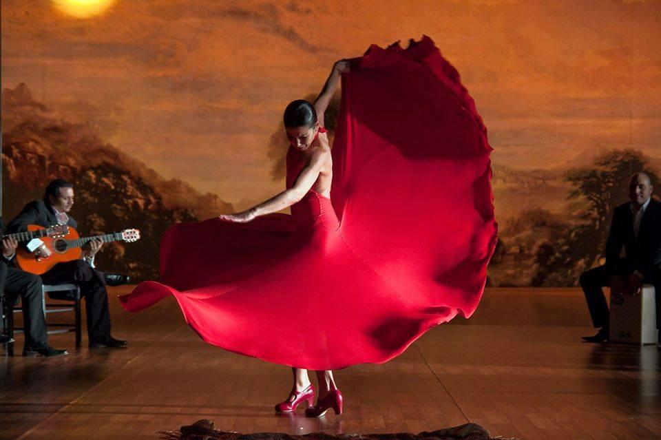 佛朗明哥女孩穿著紅色的連衣裙跳著佛朗明哥舞蹈