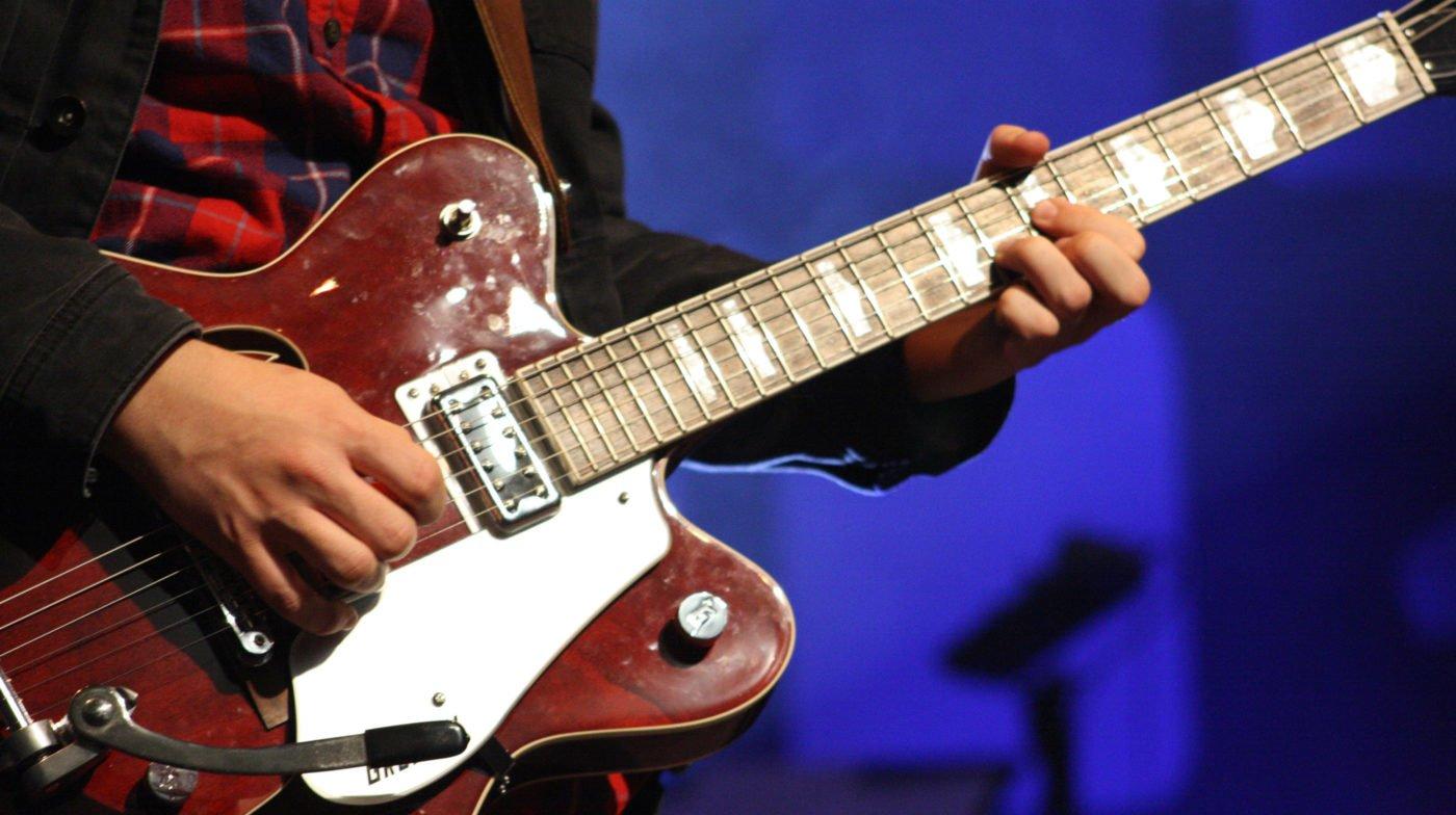 彈奏爵士吉他的吉他手