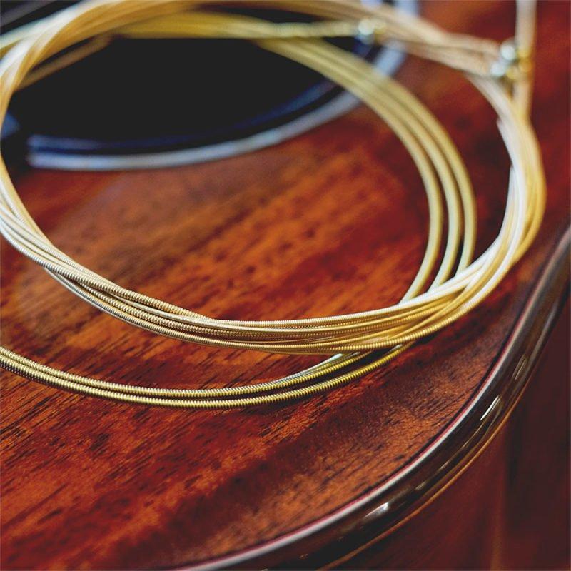 黃銅弦比紅銅弦外表更偏金