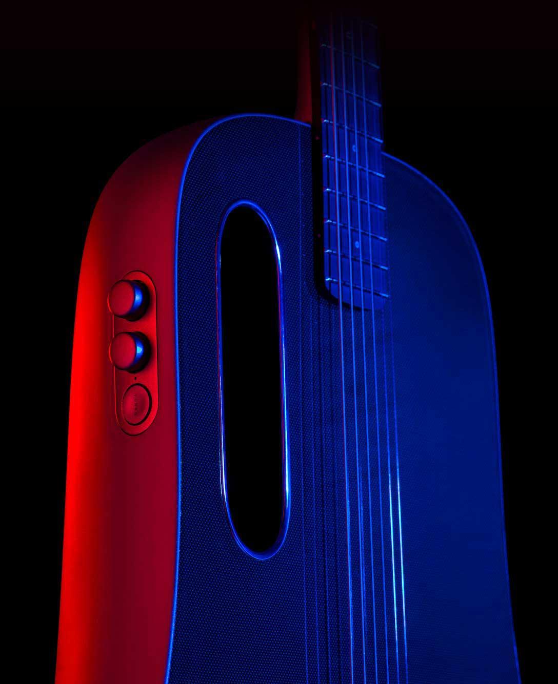 Lava Me Pro 在燈光下照射呈現深紅與深藍